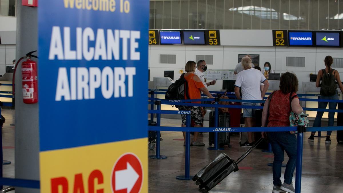 Pasajeros facturando equipajes en el aeropuerto de Alicante-Elche