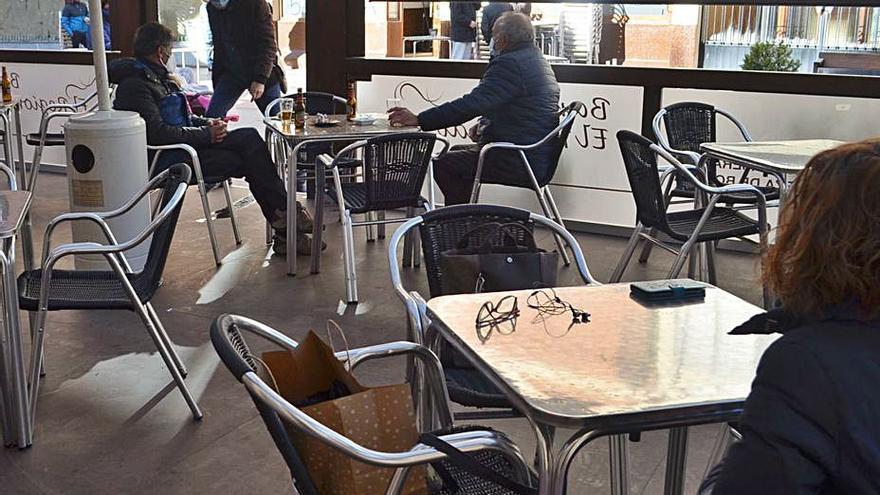 Cafeterías y bares con terrazas cubiertas abren sus negocios con estrictas medidas