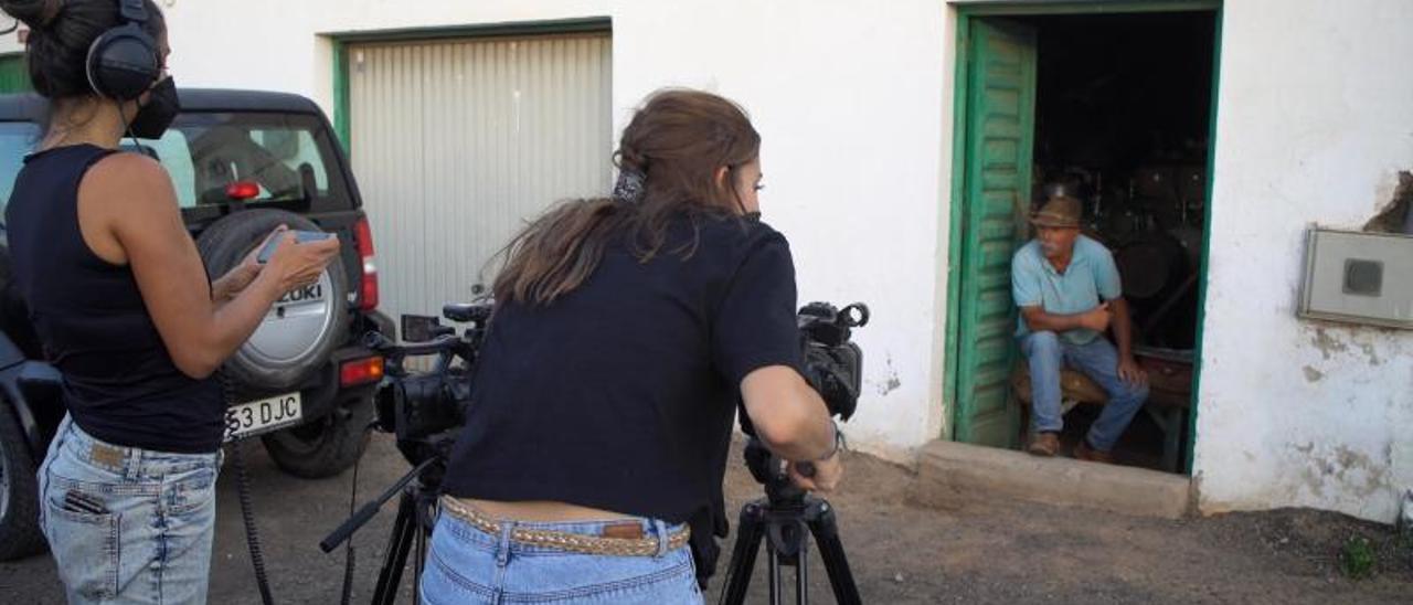 Dos alumnas de la Escuela de Arte de Fuerteventura durante el rodaje a Miguel Ángel Concepción, el camellero de Los Estancos. | | LP/DLP