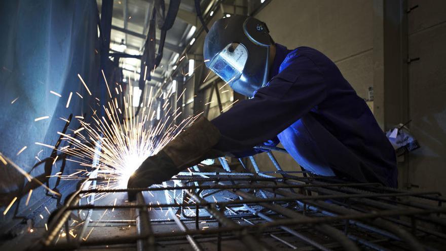 La subida del paro aviva la alarma de empresas y sindicatos sobre la industria asturiana