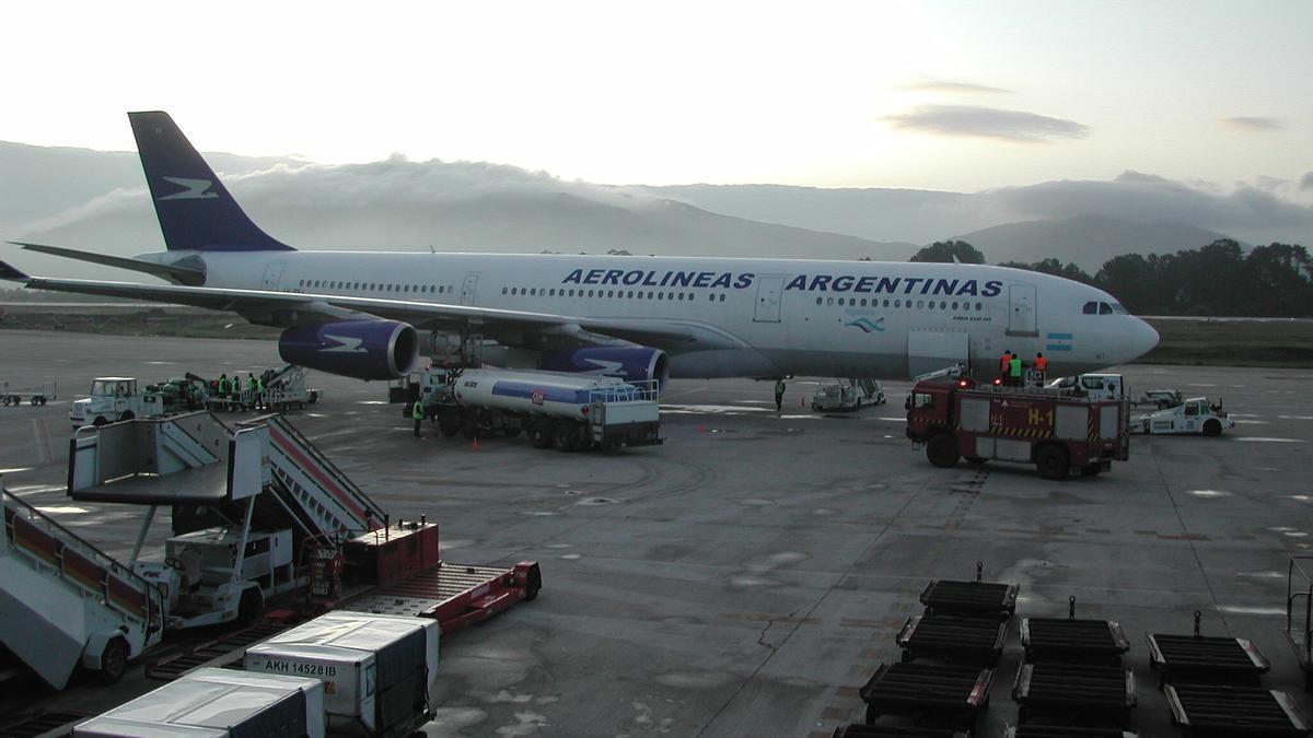 El Airbus 340 de Aerolíneas Argentinas en el aeropuerto de Vigo en 2008. FDV