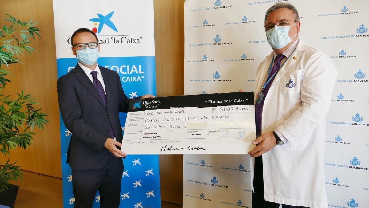 Caixabank dona 6.000 euros a la Obra Social Hermano Bonifacio para ayudar a las familias afectadas por la crisis
