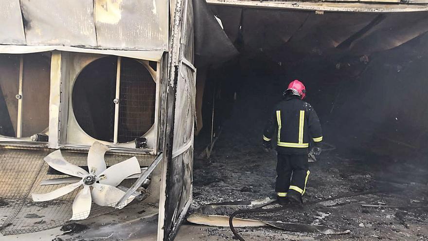 Un incendio destruye una moderna nave de pollos en las afueras de Villalpando
