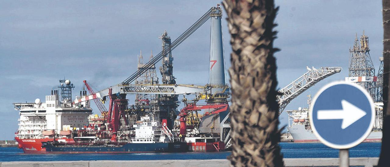 La gabarra 'Petroport', en primer término, suministra combustible al buque cablero 'Seven Borealis' en una de las zonas de fondeo del Puerto de La Luz.