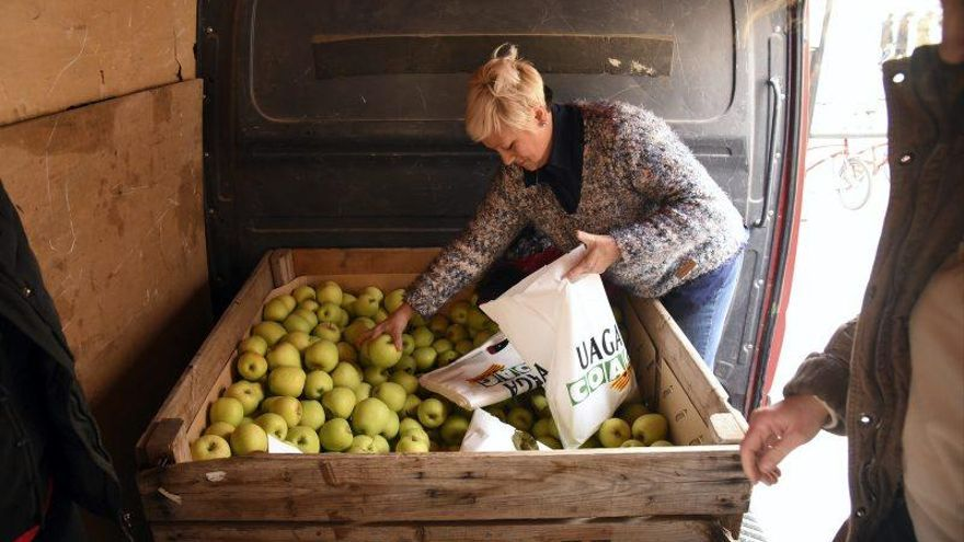 UAGA regala 1.000 kilos de fruta en la Plaza del Pilar para reclamar precios dignos