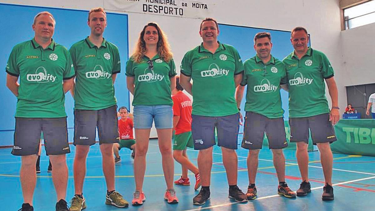 Paco Casares, cuarto de izquierda a derecha, con el equipo arbitral del Europeo en Portugal. | CIJB