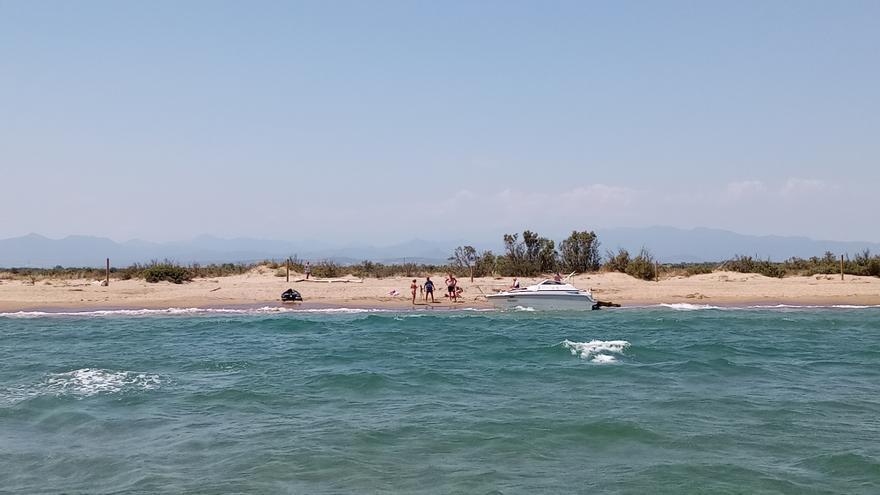 Una embarcació queda encallada a Empuriabrava amb quatre tripulants i un gos