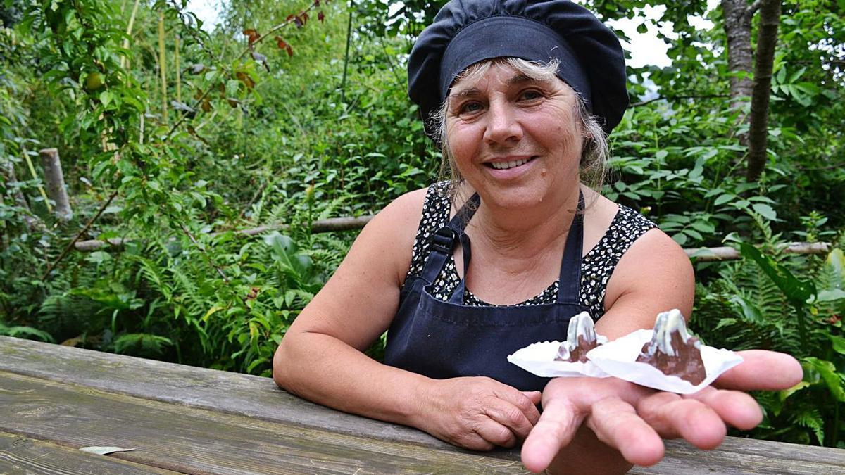 Lola Inguanzo, con dos de les sos creaciones.