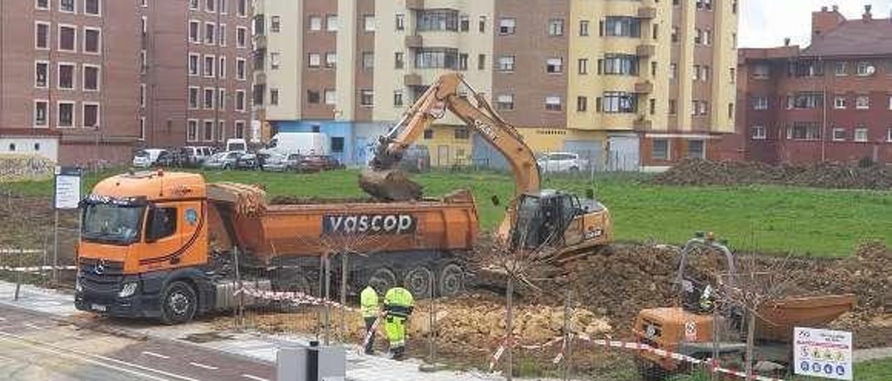 Obras para construir un parking en la calle Santa Isabel, en Lugones.