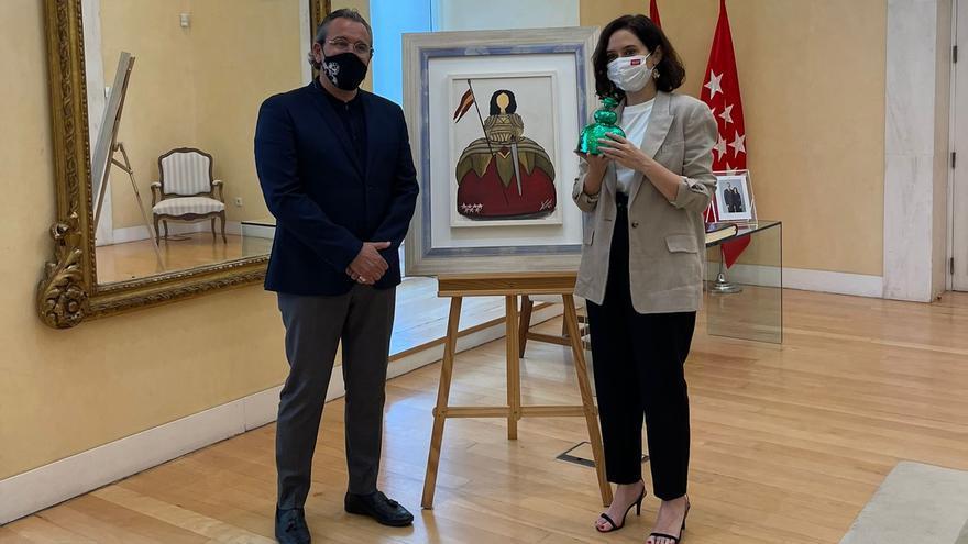 Arturo Torró regala una pintura que dedicó a Díaz Ayuso