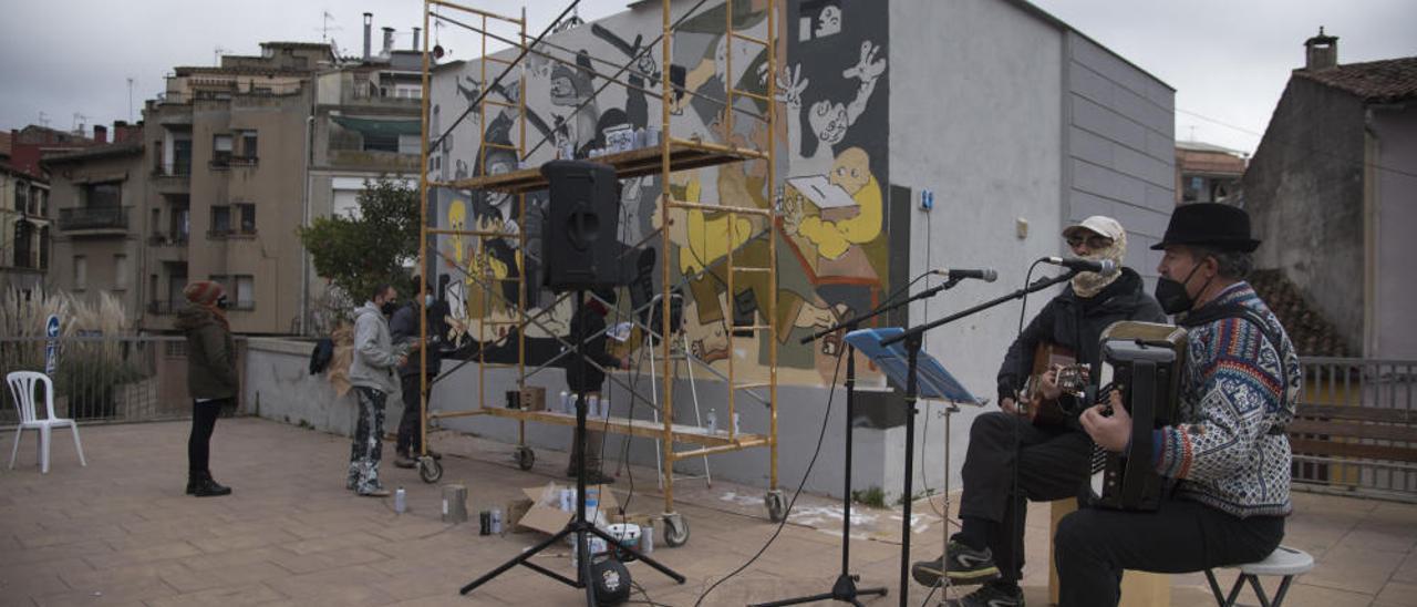 Moià persevera i el mural de l'1-0 inspirat en el Guernica torna a lluir a la plaça del CAP