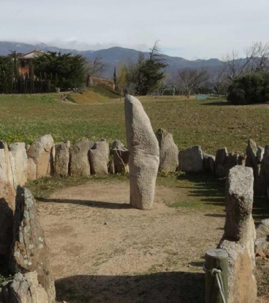 Un nou itinerari a la Jonquera permet descobrir els estanys en un entorn megalític