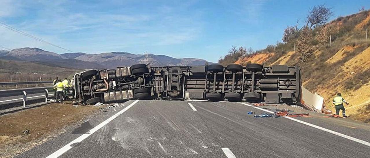 El camión volcado en la autopista del Huerna.