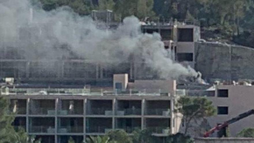 Rauchschwaden vor der Hotel-Baustelle in Camp de Mar