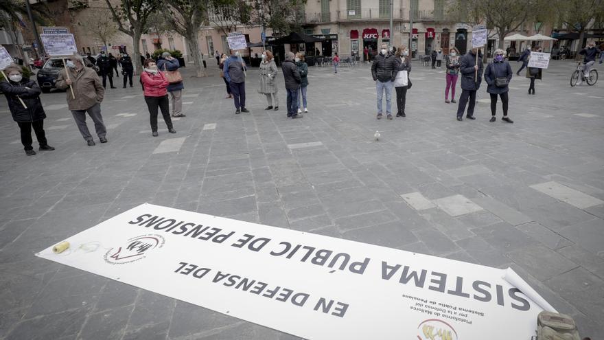 Medio centenar de personas reclaman en Palma unas pensiones iguales al salario mínimo