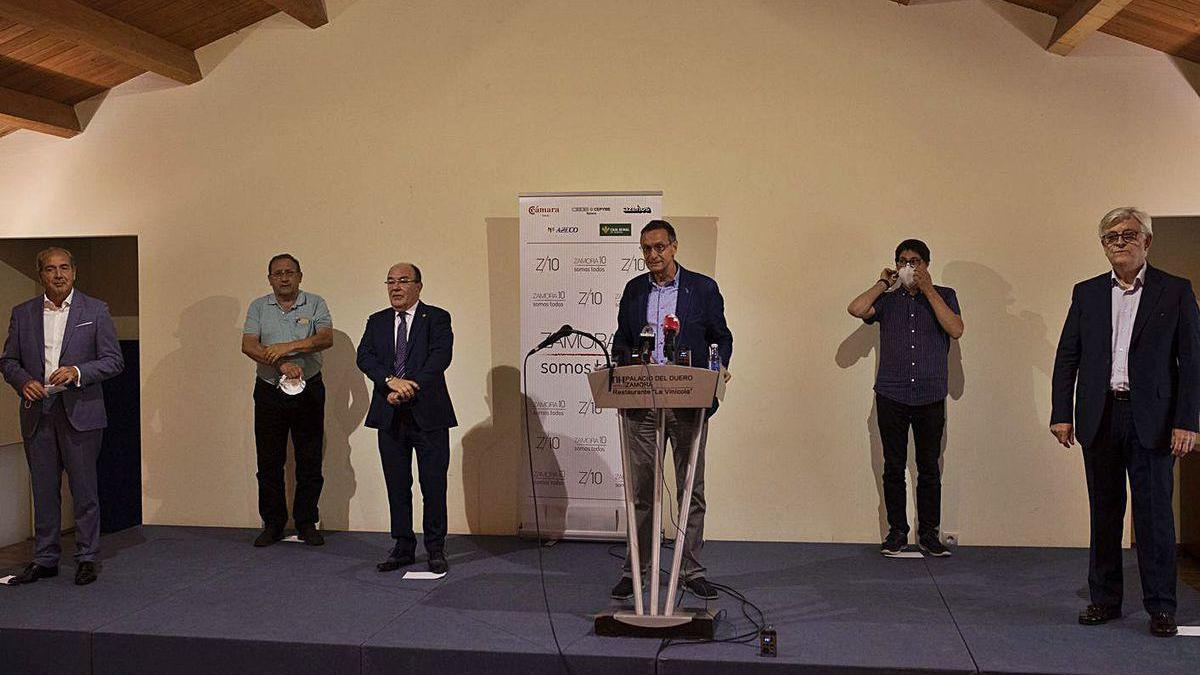 Prieto, en el centro, con la Junta Directiva de Zamora 10.