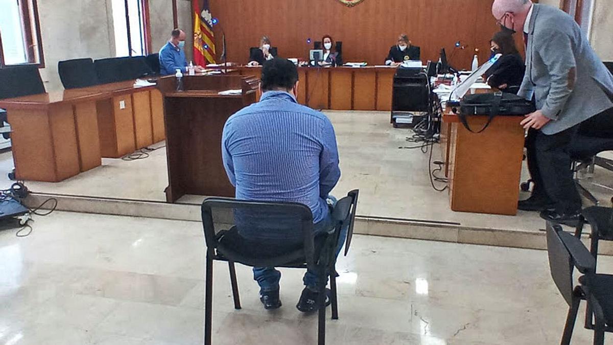 El acusado de abusar sexualmente de su sobrina, ayer, durante el juicio.   L.MARINA