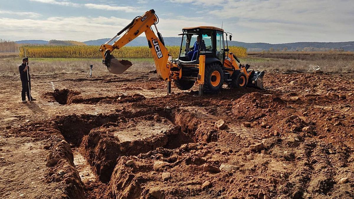 Una excavadora trabaja en los terrenos en los que se alzará el nuevo camposanto.| J. A. G.