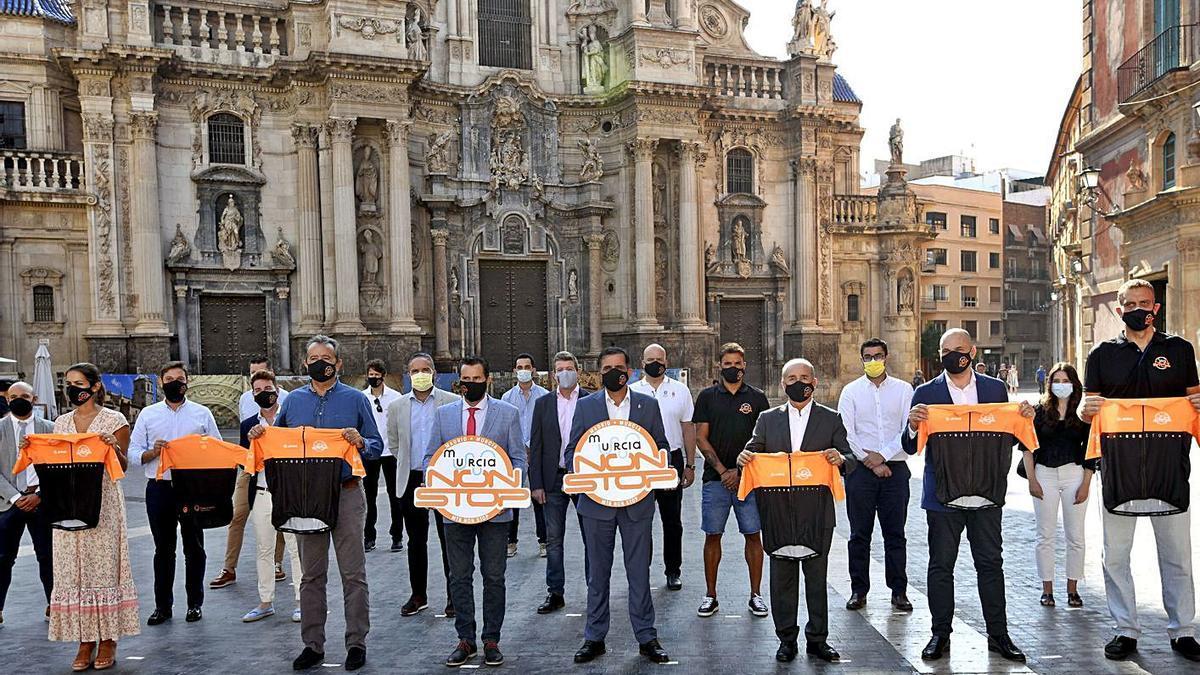 El alcalde de Murcia, junto a los participantes en la presentación de la 'Non Stop Madrid-Murcia'.   A.M.