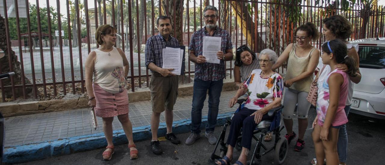 Vecinos de la calle Pizarro llevan al alcalde sus quejas por el ruido de las barracas