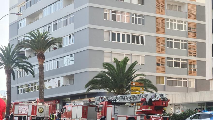 Cuatro afectados por el incendio de una cocina en un edificio de Escaleritas