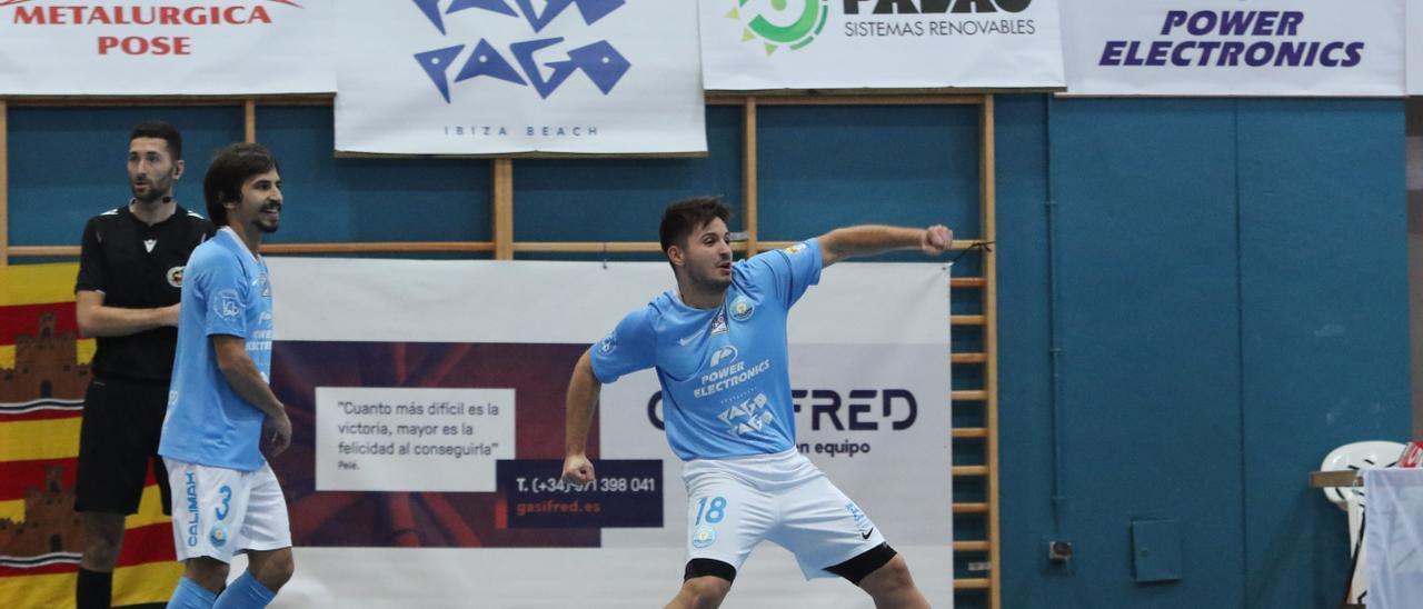 Roger Solè celebra su gol, el tercero para la cuenta de los ibicencos, con rabia y euforia.