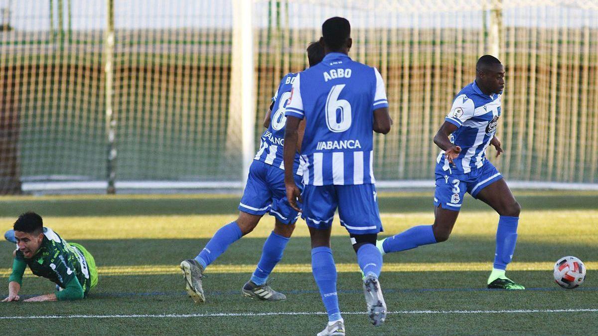 Mujaid, a la derecha con el balón, bajo la mirada de Uche y Borges en el partido del pasado domingo en Guijuelo.