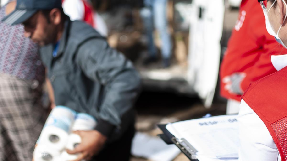 Atención de Cruz Roja en un asentamiento de la capital.