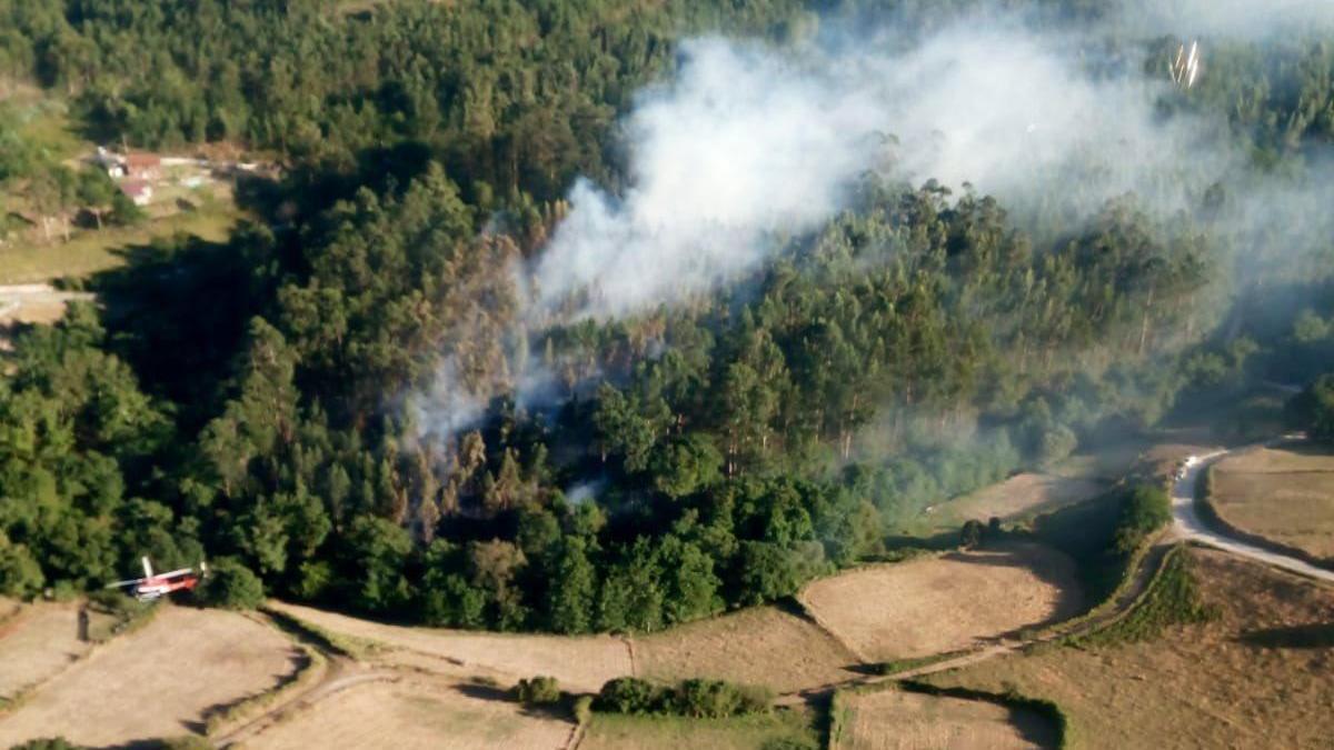 Uno de los incendios que ayer afectó a Cotobade. // @BrifLaza