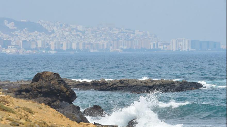 Calima poco espesa y ligero descenso de las temperaturas este miércoles en Canarias