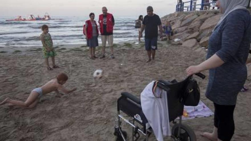 Roban la silla de ruedas a un niño sirio en Alicante