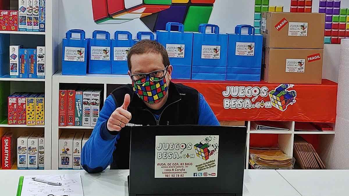 Saúl López, gerente de Juegos Besa, teletrabajando desde el negocio durante su cierre temporal. |   // LA OPINIÓN