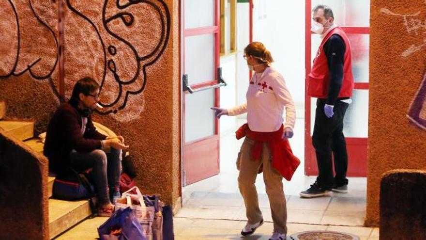El Concello abre el pabellón de O Berbés a 38 sintecho y veta el pago en efectivo en el bus