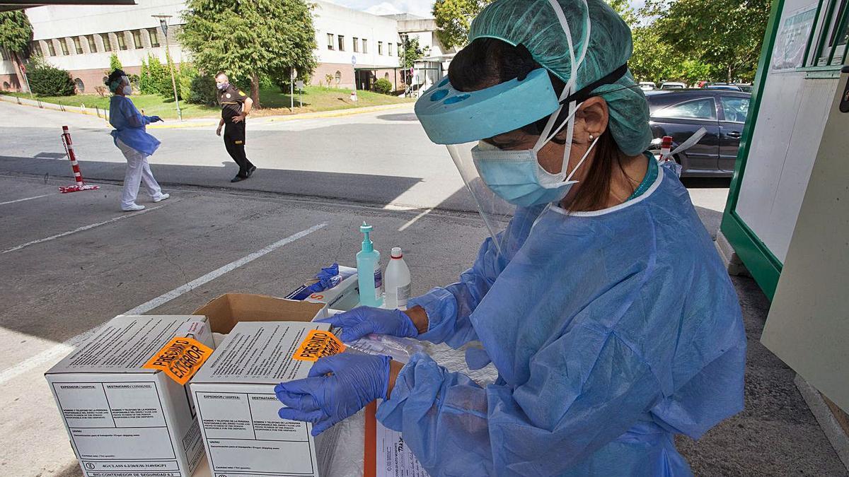 Una sanitaria prepara pruebas PCR. | Carlos Castro - Europa Press