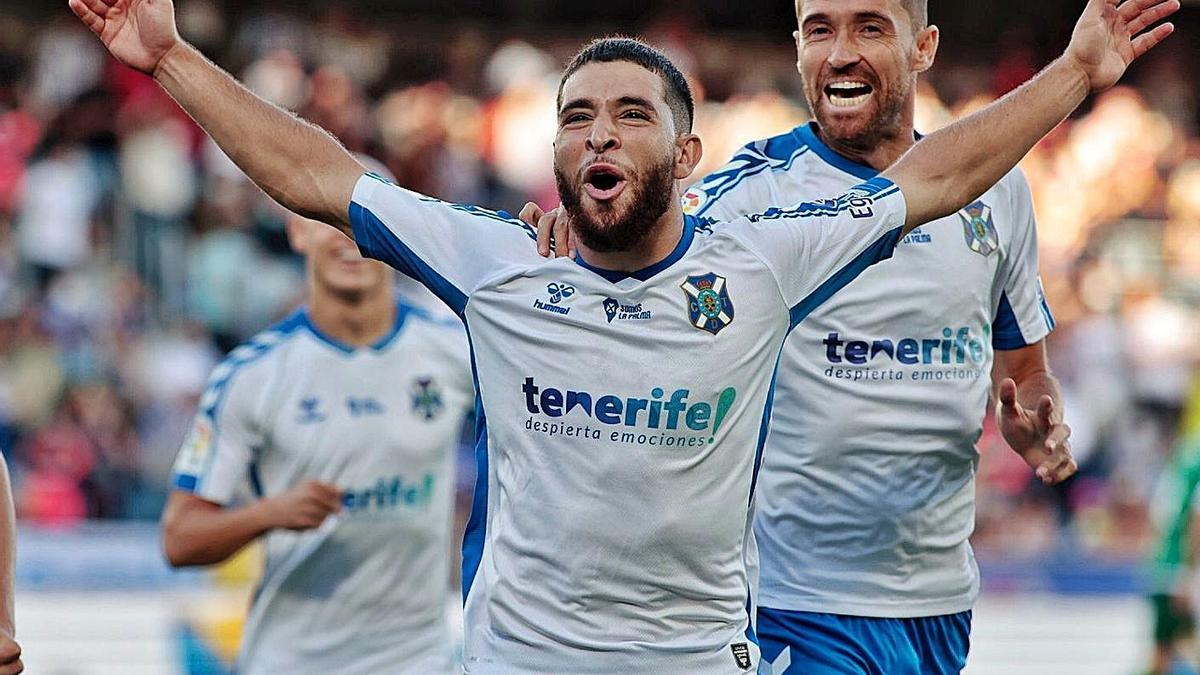 Sam Shashoua celebra su gol de penalti, el segundo del Tenerife, junto a Míchel Herrero.     MARÍA PISACA