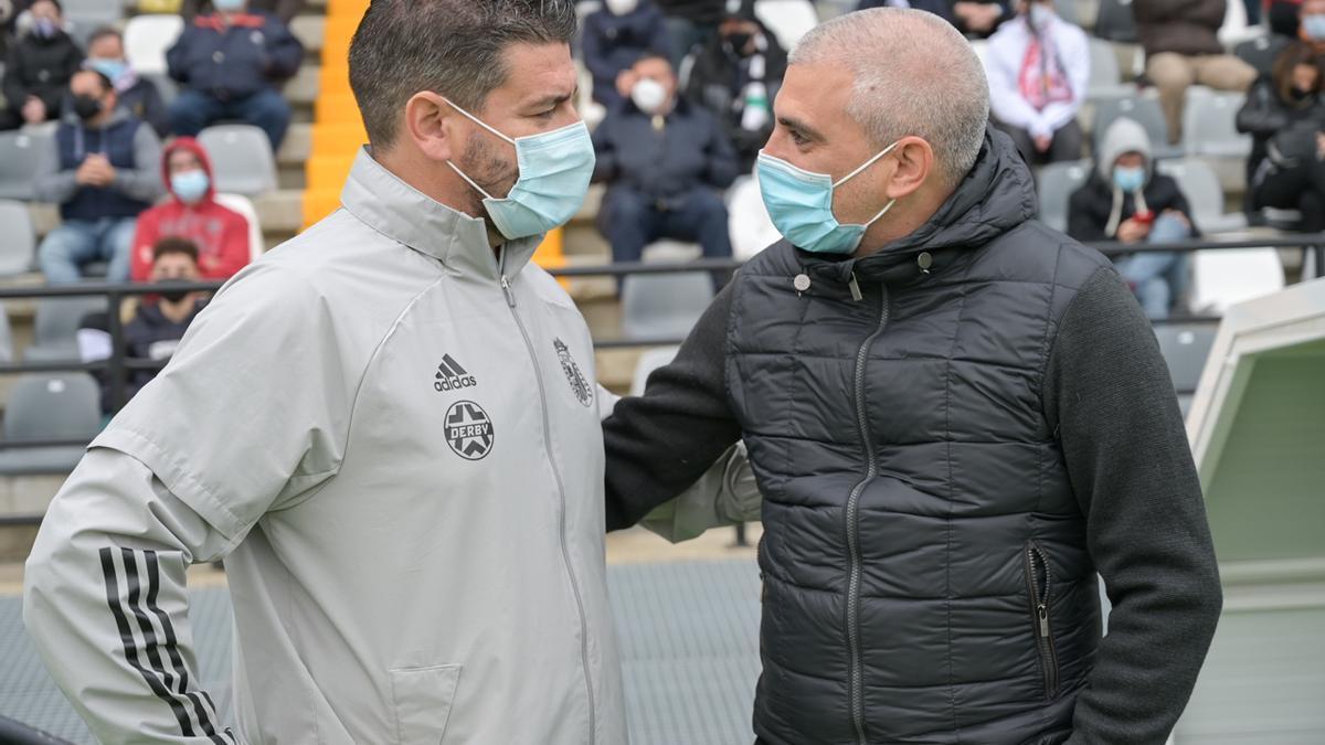 Fernando Estévez (entrenador del Badajoz) y Javier Álvarez de los Mozos, antes de un partido en el Nuevo Vivero.