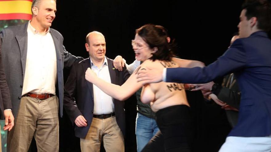 Una activista de Femen irrumpe en un mitin de Vox con Ortega Smith en Zaragoza