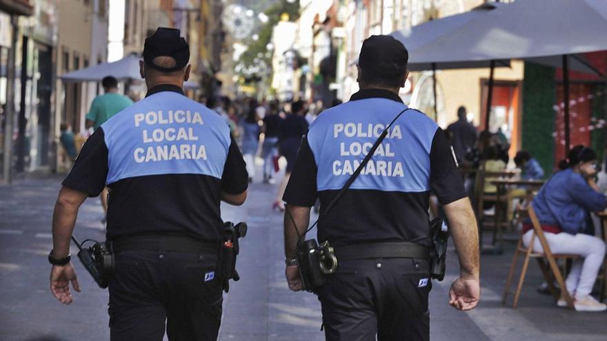 Dos agentes de la Policía Local de La Laguna patrullan por el casco histórico.