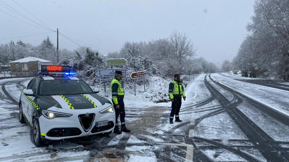 Guardia Civil en una carretera con nieve.
