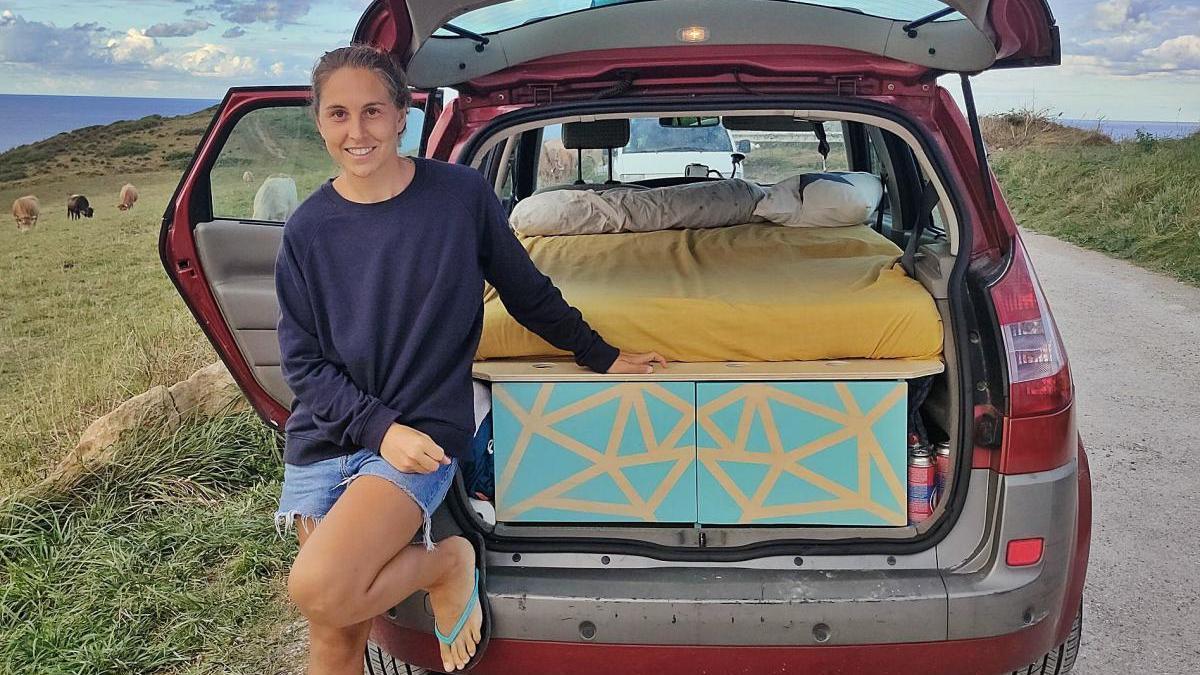 Clara Cervera de viatge amb el seu cotxe l'estiu passat, després de camperitzar-lo i convertir-lo en una petita autocaravana.