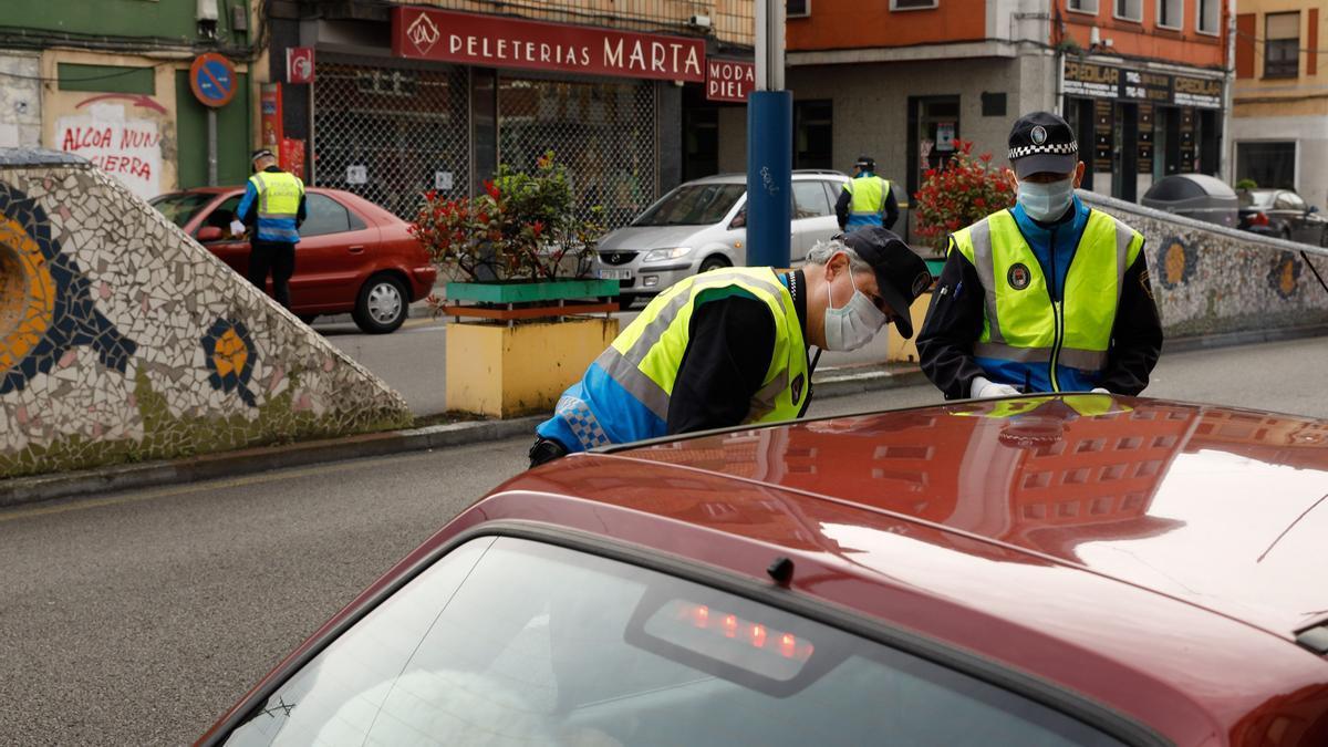 Agentes de policía realizando un control.