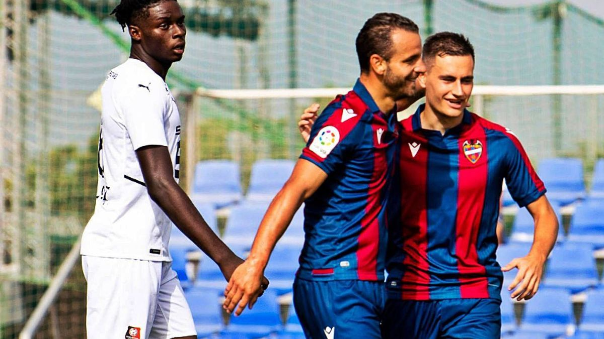 Soldado celebra junto a De Frutos su primer gol con el Levante UD.  | LEVANTE UD