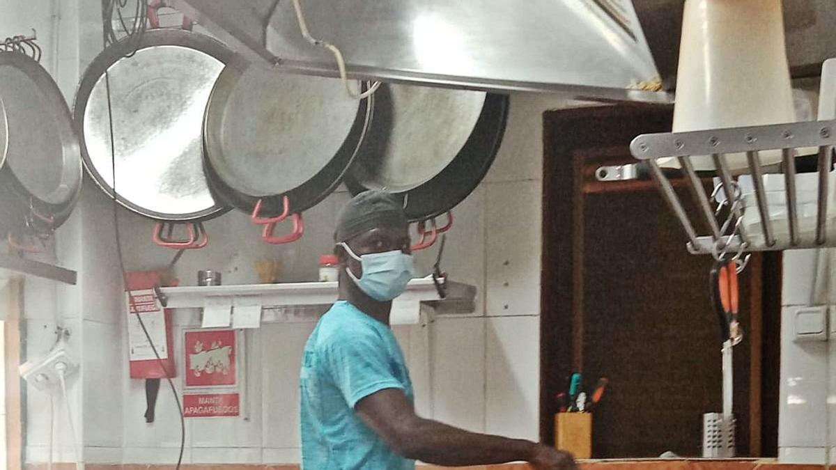 Elhadji Diouf, entre los fogones donde ha demostrado su buen hacer como chef. | L.O.