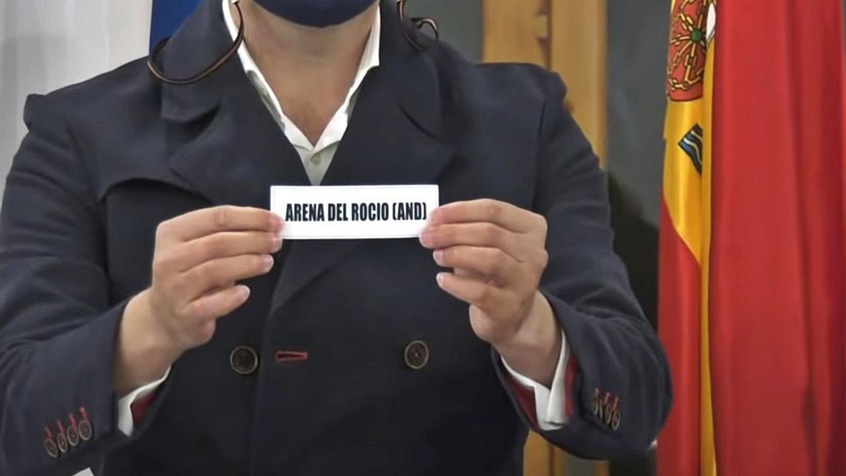 Extracción de la papeleta de Arena de El Rocío en el sorteo de las ocho colleras del Campeonato de España. / RFG