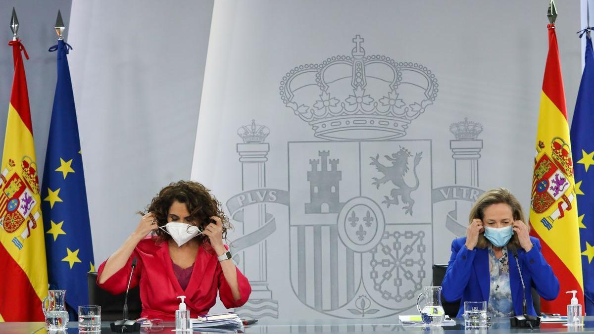 La ministra de Hacienda, María Jesús Montero, y la vicepresidenta económica, Nadia Calviño.