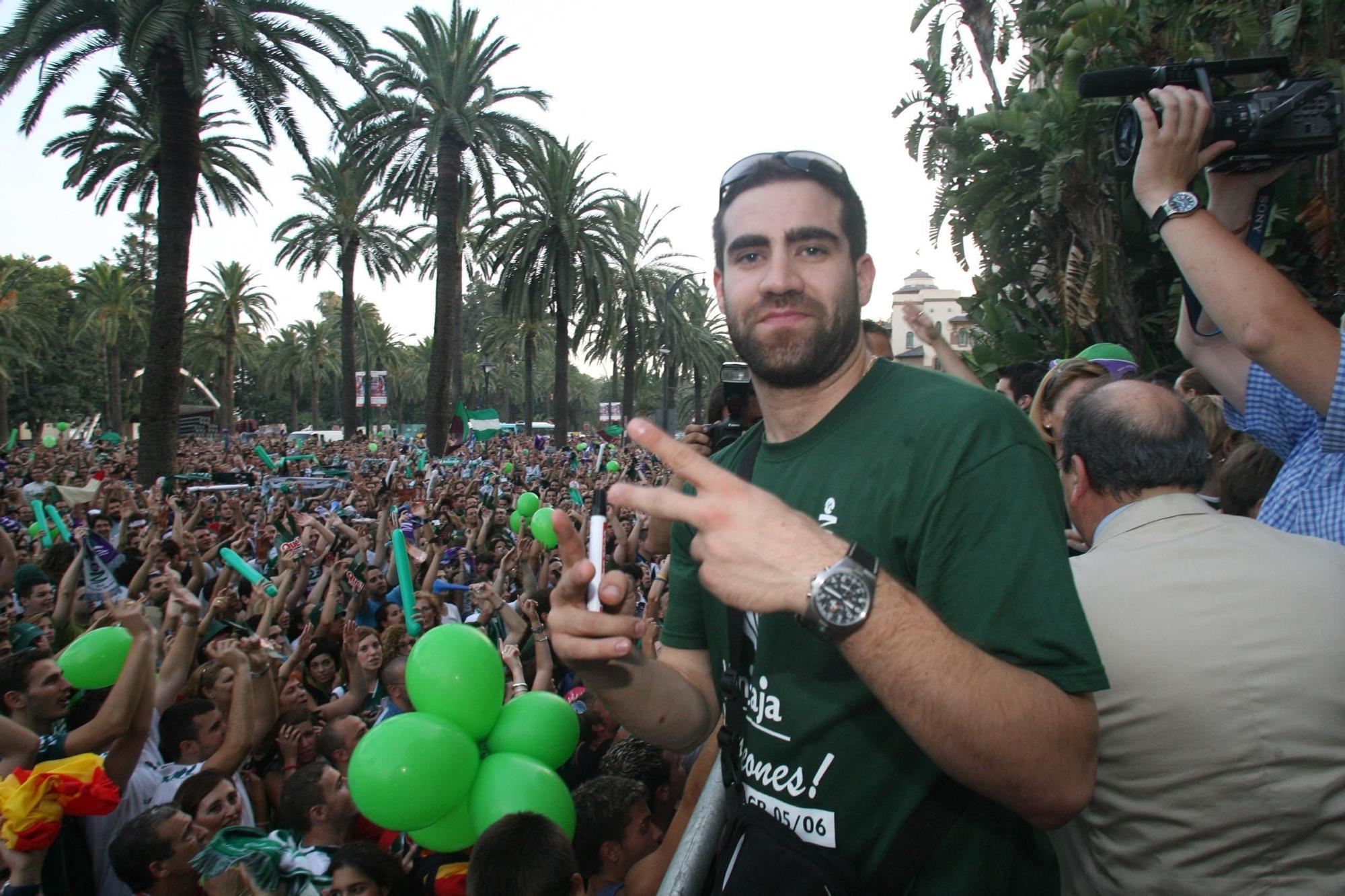Carlos Cabezas celebra con la afición el título de liga ACB conseguido en 2006