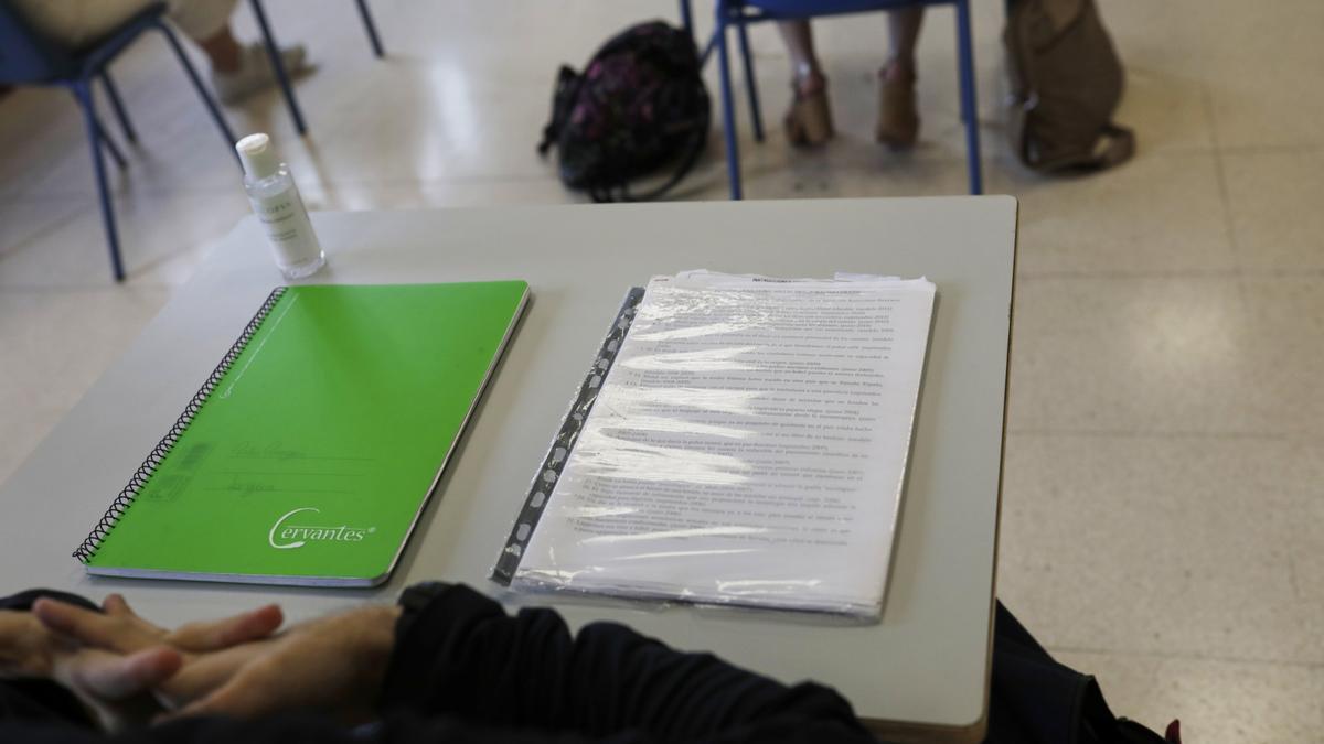 Pupitre en un aula de un colegio en Madrid.