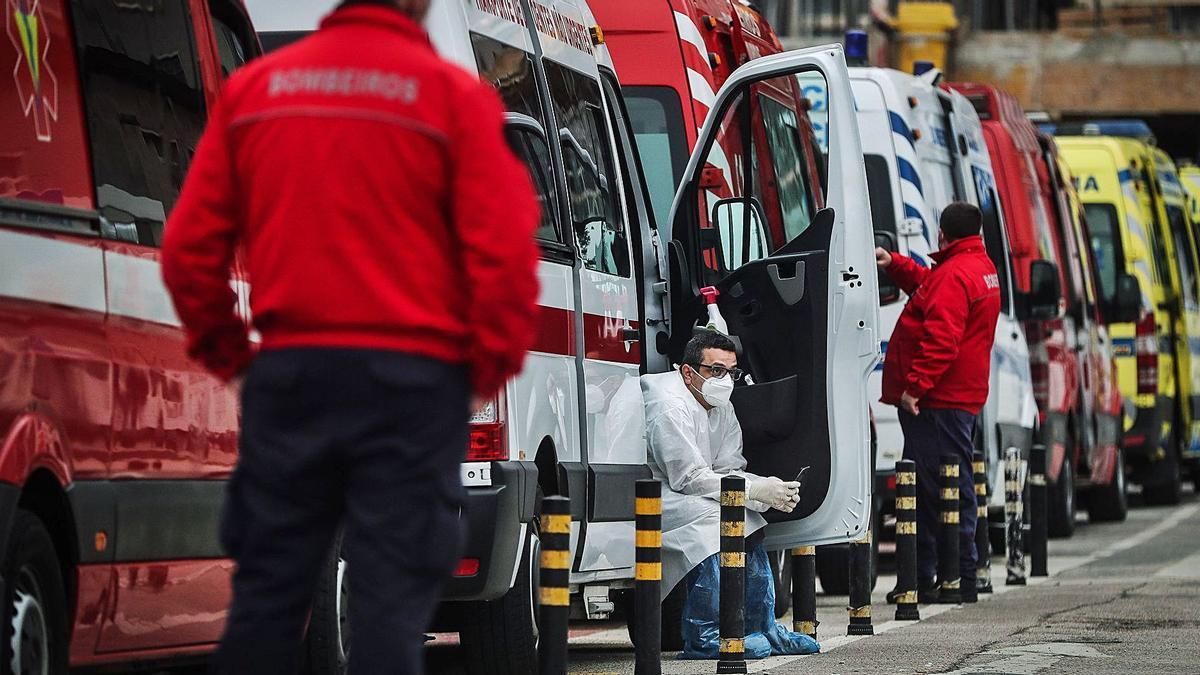 Decenas de ambulancias con enfermos COVID en su interior hacen cola en un hospital de Lisboa, incapaz de acoger a más pacientes.   | // EFE