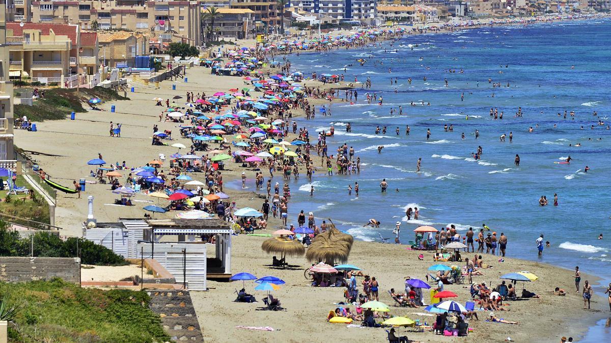 Cientos de murcianos acuden a la playa el 21de junio de 2020, el primer día tras el fin del primer estado de alarma.