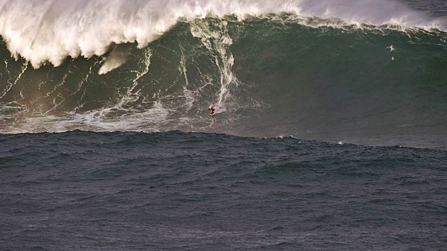 Eric Rebiere, en la ola gigante de O Portiño.    // REMI BERTHET